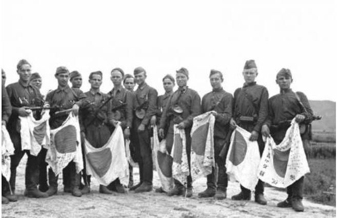 낡고 헤진 일장기 든 소련군 (서울=연합뉴스) 1945년 8월 만주에서 군사 작전을 전개한 소련군. [주한 러시아대사관 제공.재판매 및 DB 금지]