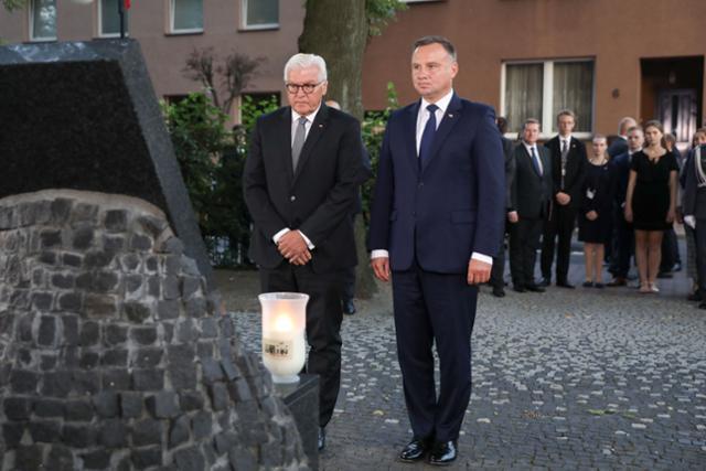 제2차 세계대전 발발 80주년을 맞은 지난해 9월 1일 독일 공군의 첫 포격으로 1,200명이 희생된 비엘룬에서 열린 행사에 참석한 프랑크발터 슈타인마이어 독일 대통령과 안제이 두다 폴란드 대통령이 희생자를 추모하며 헌화하고 있다. 비엘룬=AFP 연합뉴스