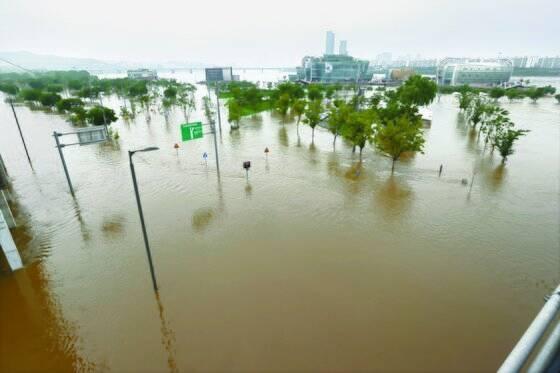 5일 오전 수도권 집중 호우로 한강 수위가 상승하며 서울 반포한강공원 일대가 물에 잠겼다. [연합뉴스]