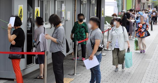서울 지역 신종 코로나바이러스 감염증(코로나19) 확진자가 늘고있는 가운데 17일 오전 서울 성북구 보건소에 마련된 선별진료소에서 시민들이 검사를 기다리고 있다. 뉴스1