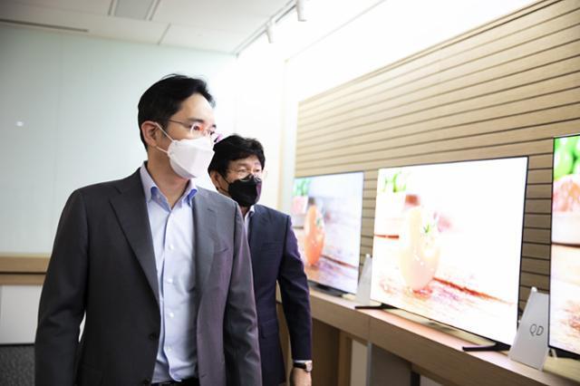 이재용 삼성전자 부회장이 지난 3월 삼성디스플레이 아산사업장을 방문해 차세대 패널로 개발 중인 QD 디스플레이 시제품을 살펴보고 있다. 삼성전자 제공