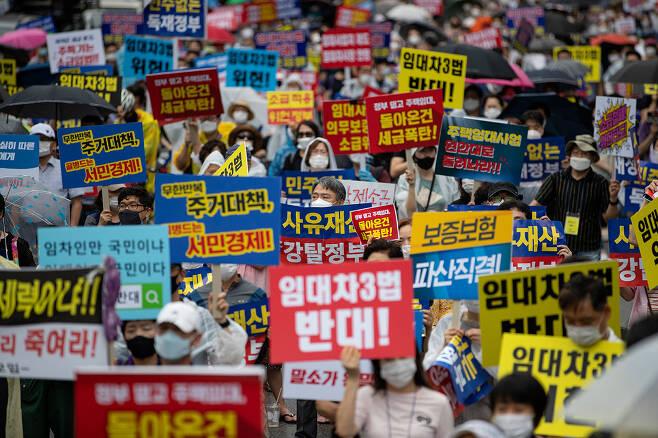 ⓒ시사IN 조남진8월1일 조세저항 집회 참석자들이 정부의 부동산 정책에 반대하는 구호를 외치고 있다.
