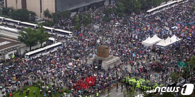 보수단체 회원들이 15일 서울 종로구 광화문광장에서 집회를 하고 있다. 2020.8.15/뉴스1 © News1 김명섭 기자