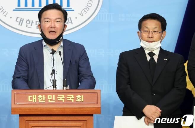민경욱(왼쪽)·차명진 전 미래통합당 의원/사진제공=뉴스1