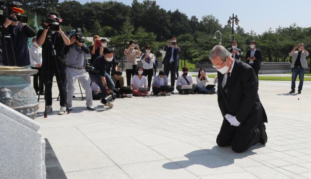 ▲미래통합당 김종인 비상대책위원장이 19일 오전 광주 북구 국립 5.18 민주묘지를 참배하고 있다. ⓒ연합뉴스