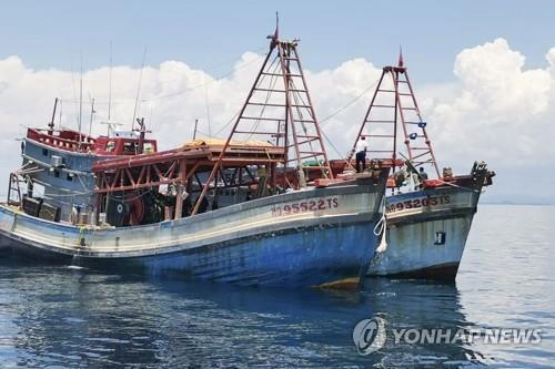 말레이시아 해안경비대가 나포한 베트남 어선 두 척 [EPA=연합뉴스]