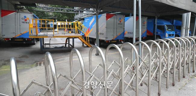 택배 서비스가 시작된 지 28년만에 택배업계가 14일을 '택배 없는 날' 로 정해 주요택배업체 물류센터를 비롯한 운송기사들이 휴뮤에 들어갔다. 서울의 한 택배업체에는 운송을 멈춘 차들이 집하장을 가득 메우고 있다. / 김기남 기자 kknphoto@kyunghyang.com