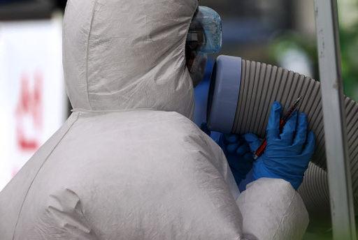 19일 종로구보건소 코로나19 선별진료소에서 한 의료진이 냉방기기에 얼굴을 갖다대고 있다. 연합뉴스