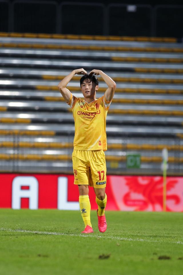 광주 엄원상이 16일 광주축구전용구장에서 열린 강원과의 K리그1 경기에서 득점한 뒤 손으로 하트를 그리고 있다. 한국프로축구연맹
