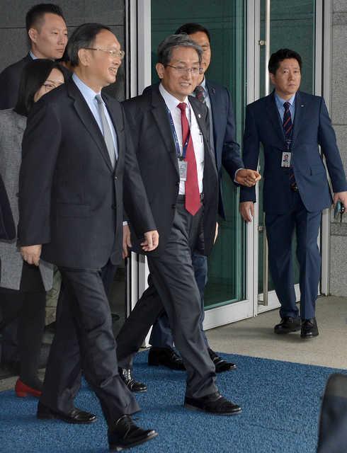 양제츠(왼쪽) 중국 공산당 외교담당 정치국원이 2018년 인천공항을 통해 입국하고 있다. 한국일보 자료사진