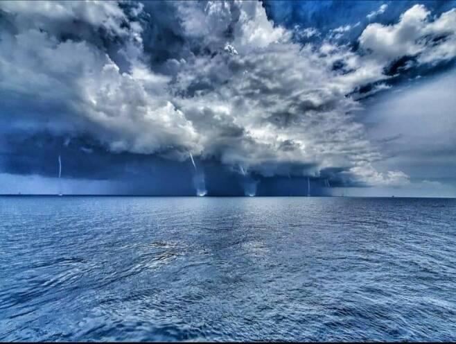 미 동부 근해서 동시에 솟아오른 용오름들 미국 기상학자 스콧 파일 페이스북 캡처. 재판매 및 DB 금지