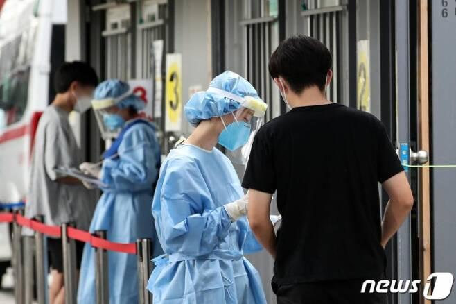 신종 코로나바이러스 감염증(코로나19) 확산세가 이어지고 있는 20일 오후 서울 성북구보건소에 마련된 선별진료소를 찾은 시민들이 검사를 위해 의료진의 설명을 듣고 있다. 2020.8.20/사진=뉴스1