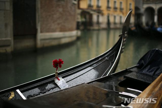 [베네치아=AP/뉴시스]1일(현지시간) 이탈리아 베네치아에 손님 없는 곤돌라들이 비를 맞으며 정박해있다. 이탈리아 관광 관계자들은 신종 코로나바이러스 감염증(코로나19)이 9.11 테러 때보다 그들의 산업에 더 큰 피해를 줄 수 있다고 우려하고 있다. 이탈리아는 코로나19 확진자가 하루 만에 566명이 추가돼 1694명으로 급증했고 사망자는 34명으로 늘었다. 2020.03.02.