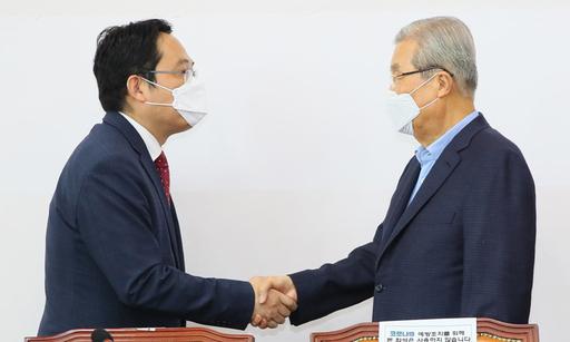 미래통합당 김종인 비상대책위원장(오른쪽)이 23일 국회에서 최대집 대한의사협회장을 만나 악수하고 있다. 연합뉴스