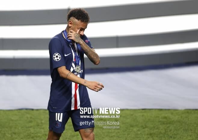▲ 24일 바이에른뮌헨과 챔피언스리그 결승전에서 0-1로 패한 뒤 시상식에서 눈물을 흘린 네이마르.