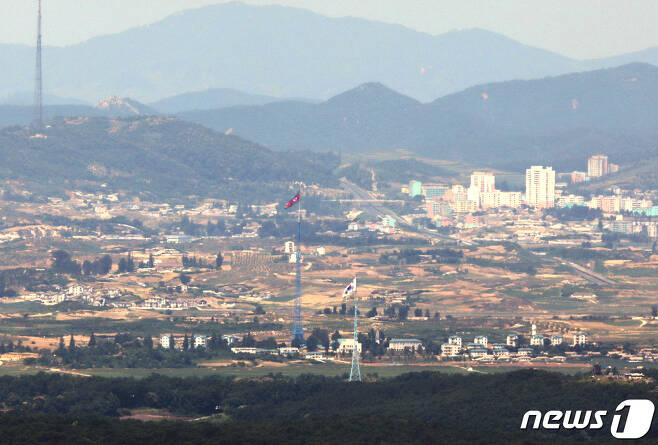 경기도 파주 접경지역에서 바라본 북한 기정동 마을의 인공기와 우리측 대성동 마을의 태극기가 서로 마주하고 있다.  © News1 이재명 기자