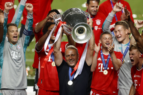 한지 플릭 바이에른 뮌헨 감독이 우승 트로피를 들어올리고 있다.리스본 | AP연합뉴스