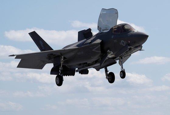 미국 해병대의 F-35B 스텔스 전투기가 미 해군 와스프 상륙강습함에 수직 착륙하고 있다. F-35B는 수직 이착륙 시 강한 열을 내뿜기 때문에 특수한 항모 갑판이 필요하다. 우리 군이 추진하는 경항공모함 설계에 F-35B의 구체적인 정보가 필요한 이유다. [로이터=연합뉴스]