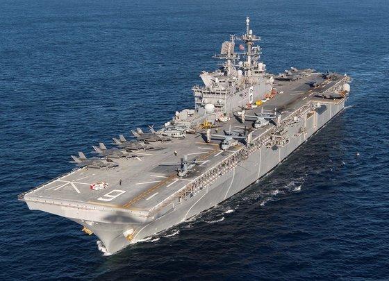 한국의 경항모는 미 해군의 아메리카급 함정과 규모가 비슷할 것으로 전망된다. 아메리카함에선 F-35B 전투기가 수직이착륙할 수 있다. [사진 미 해군]
