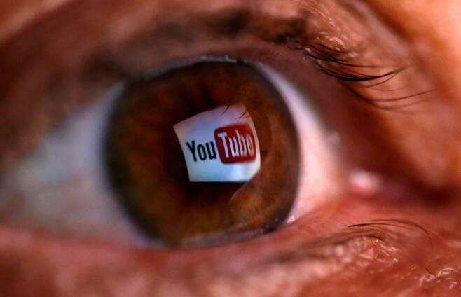 유튜브에서 아이들을 상업적으로 이용하는 일이 잦아지고 있다. 구글은 이에 올해 초 어린이가 출연하는 영상이나 아동콘텐츠 채널에 개인맞춤 광고를 삽입하지 못하도록 정책을 개선했다. /사진=로이터