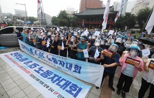 지난 15일 오후 서울 종로구 보신각 앞에서 열린 전국민주노동조합총연맹(민주노총)의 '8·15 노동자대회'에서 참석자들이 구호를 외치고 있다. 연합뉴스
