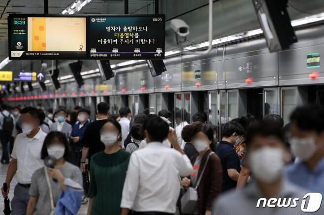 10일 오전 서울 세종대로 지하철 광화문역에서 승객들이 내리고 있다.  /사진=뉴스1