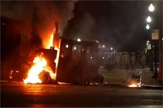 미국 위스콘신 '흑인 피격' 항의 시위로 불타는 트럭(사진=연합뉴스)