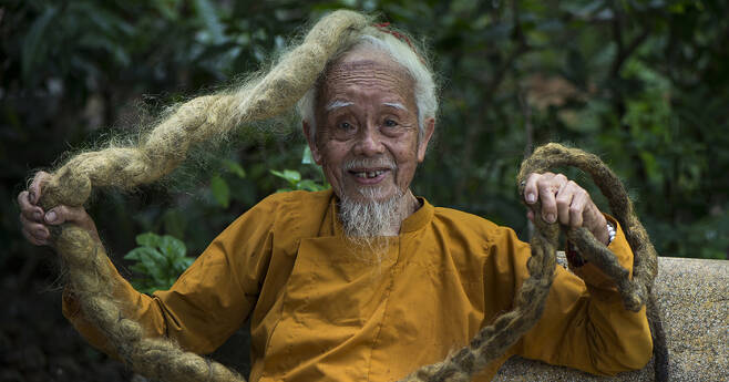 80년 동안 단 한 번도 머리카락을 자르거나 감아 본 적이 없다는 베트남 92세 응웬 할아버지