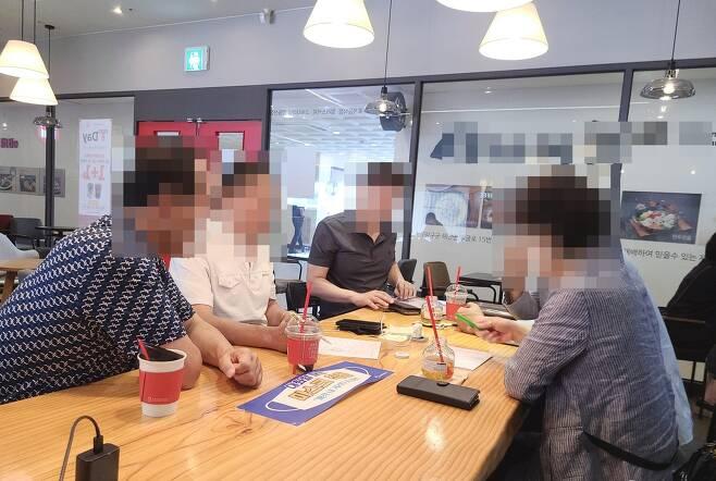 카페에서 마스크를 끼지 않고 대화하는 시민들 [촬영 임성호]