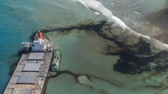 프랑스군 당국이 제공한 사진에 11일(현지시간) 모리셔스 해안에 좌초한 일본 화물선 'MV 와카시오'에서 기름이 새고 있다. 수천 명의 학생과 환경운동가, 모리셔스 주민은 유조선 기름 유출로 피해를 줄이기 위해 24시간 작업하고 있다. 현재까지 유출된 기름의 양만 1000t에 달하고, 아직도 2300t 이상의 기름이 선체에 남아 있어 추가 피해 가능성도 남아 있다. 2020.08.12./사진=[모리셔스=AP/뉴시스]