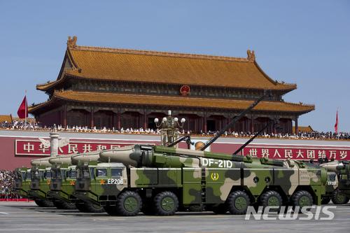 【홍콩=AP/뉴시스】사진은 2015년 9월 3일 베이징에서 2차세계대전 승전 70주년을 맞아 열린 열병식에 선보인 탄도미사일 둥펑-21D. 2018.3.05