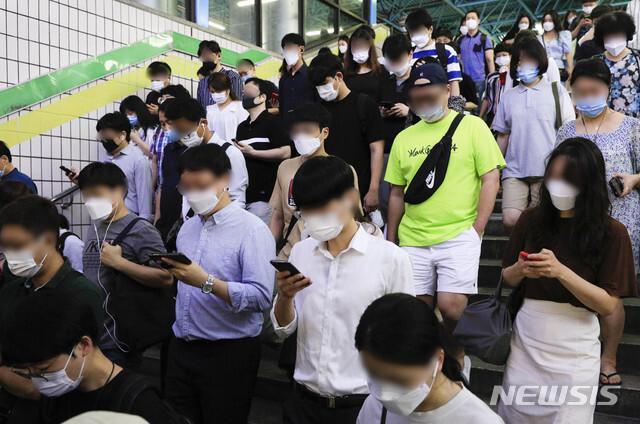 [서울=뉴시스] 박민석 기자 = 수도권발 신종 코로나바이러스 감염증(코로나19) 확산세가 지속되고 있는 지난 18일 오전 마스크를 착용한 시민들이 서울지하철 신도림역에서 출근길 발걸음을 옮기고 있다. 2020.08.18. mspark@newsis.com <사진은 기사와 직접적 관련이 없습니다>