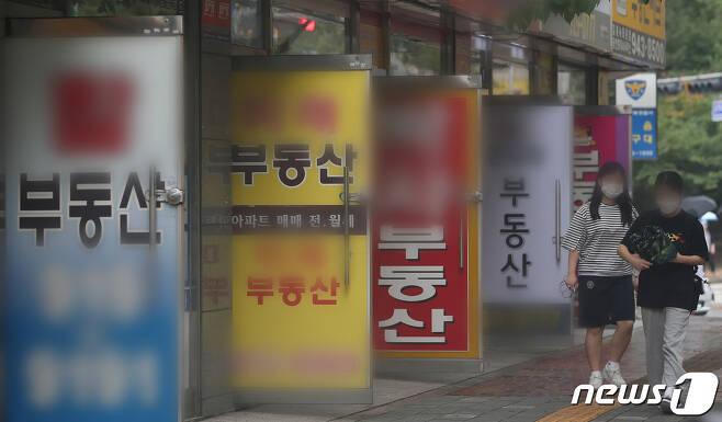 서울 성북구 인근 아파트 단지 내 공인중개업소의 모습. © News1 김진환 기자