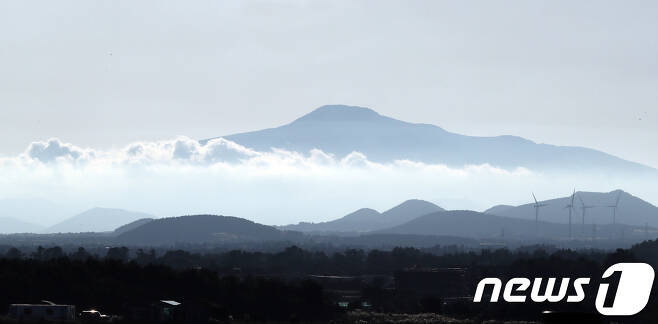 한라산이 구름 사이로 모습을 드러내며 장관을 연출하고 있다. (뉴스1DB) © News1