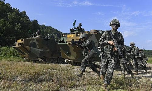 해병대원들이 상륙돌격장갑차에서 하차해 이동하고 있다. 세계일보 자료사진