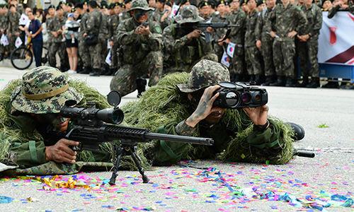육군 저격팀원들이 저격 과정을 시연하고 있다. 세계일보 자료사진