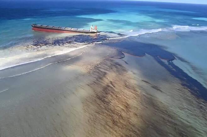 인도양 청정해역 오염시키는 검은 기름띠 - 인도양의 섬나라 모리셔스 인근 해안에서 좌초한 일본 선적의 유조선 MV 와카시오에서 7일(현지시간) 검은 기름이 유출되고 있다. 모리셔스 정부는 환경 비상사태를 선언하고 프랑스 정부에 협조를 요청했다. 2020.8.8MU 프레스 제공=연합뉴스
