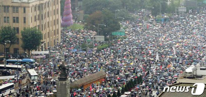 지난 15일 서울 종로구 광화문광장에서 집회 하는 보수단체 회원들. /뉴스1DB © News1 김명섭 기자