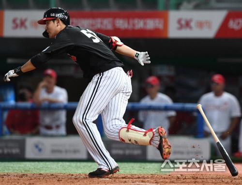 LG 트윈스 홍창기가 지난 28일 문학 SK전에서 타격하고 있다. 문학 | 김도훈기자 dica@sportsseoul.com