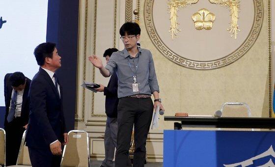 2017년 8월 17일 문재인 대통령 취임 100일을 맞아 청와대 영빈관에서 열린 기자회견에앞서 탁현민 당시 행정관이 관계자와 이야기를 하는 모습. 청와대 사진기자단