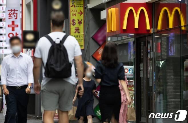 31일 서울 시내의 한 햄버거 전문점 앞으로 시민들이 지나가고 있다.  사회적 거리두기 2.5단계 시행으로 프랜차이즈형 커피전문점에 대해 취식이 불가능하면서 실내 취식이 가능한 패스트푸드 전문점을 찾는 시민들이 늘어나고 있다. /사진=뉴스1
