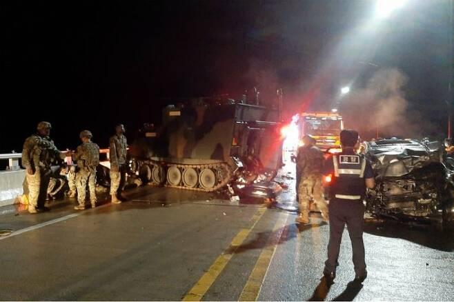 SUV(스포츠유틸리티차량)가 미군 장갑차를 추돌하는 사고가 발생해 군인과 경찰들이 현장을 수습하고 있다. (사진=연합뉴스)