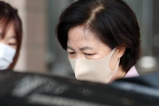 추미애 법무부장관이 경기도 과천 법무부 청사를 나서고 있다. 뉴스1