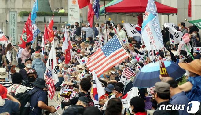 보수단체 회원들이 8월15일 서울 광화문 광장 일대에서 집회를 하고 있다. 2020.8.15/뉴스1 © News1 김명섭 기자