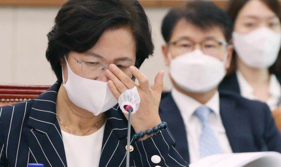 추미애 법무부 장관이 지난달 25일 오후 서울 여의도 국회에서 열린 법제사법위원회 전체회의에서 안경을 고쳐쓰고 있다. 사진=박범준 기자
