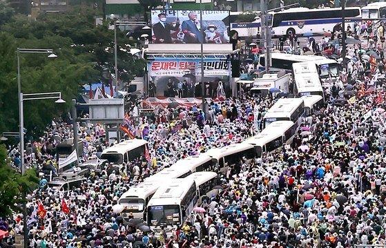 지난 달 15일 오후 서울 종로구 동화면세점 앞에서 열린 정부 및 여당 규탄 관련 집회에서 사랑제일교회 전광훈 목사가 발언하고 있다. [연합뉴스]