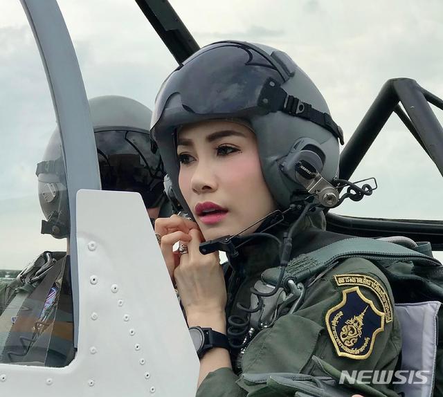 【방콕=AP/뉴시스】태국 왕실 웹사이트가 26일(현지시간) 공개한 촬영 날짜 미상의 사진에 마하 와찌랄롱꼰 태국 국왕의 배우자 시니낫 웡와치라파크가 전투기에 탑승해 있다.