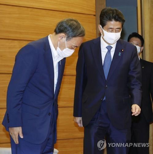 아베 신조 일본 총리에게 인사하는 스가 요시히데 관방장관(왼쪽). [교도=연합뉴스 자료사진]