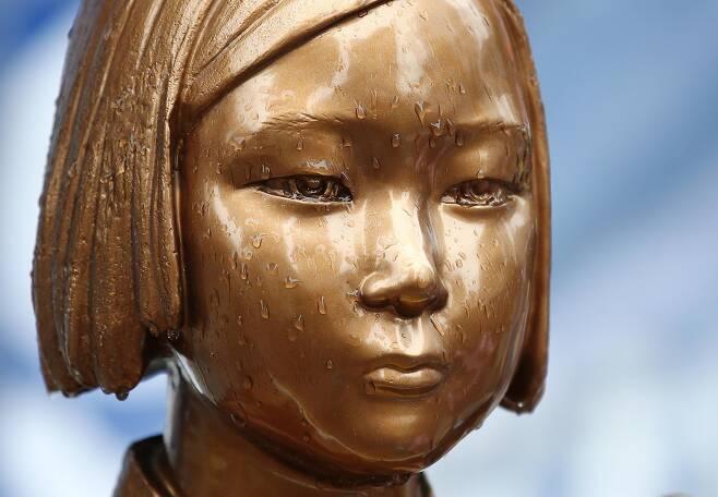 지난 2일 오후 서울 종로구 옛 일본대사관 앞 위안부 소녀상의 눈에 빗물이 고여 있다. /연합뉴스