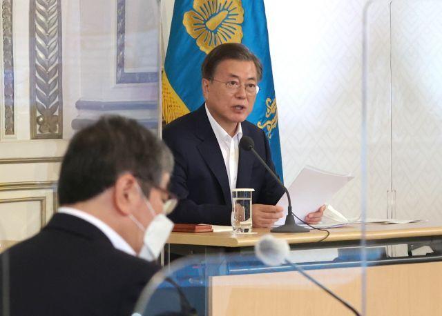 문재인 대통령이 3일 오전 청와대에서 제1차 한국판 뉴딜 전략회의를 주재하고 있다. 연합뉴스